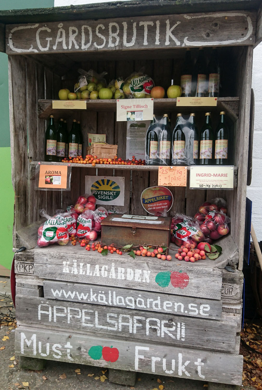 At our farm stand fpr self-service you can buy our apple juice and apples in season.