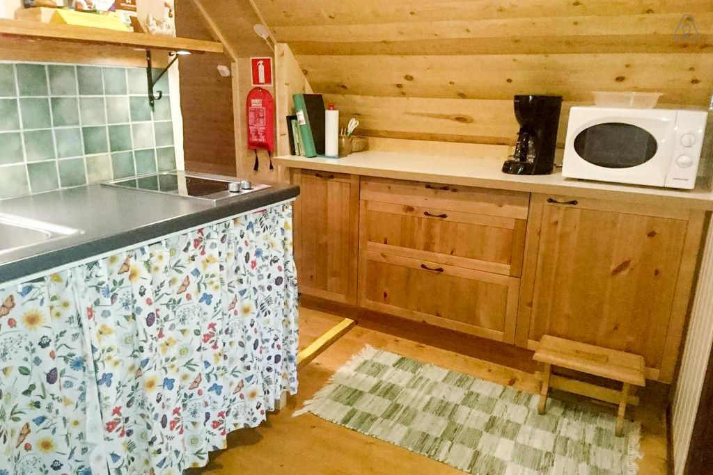 Köket är gemensamt för stora och lilla vindsrummet.