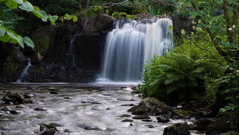 Skånes högsta vattenfall. I fem forsar faller vattnet sammanlagt 23 meter, vilket gör Hallamölla till Skånes högsta vattenfall.