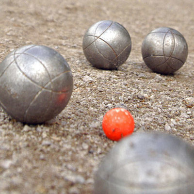 You can borrow a pétanque set if you want to play.