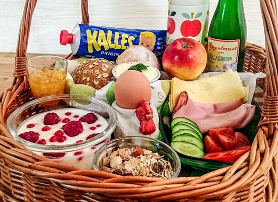 The breakfast basket usually contains yogurt, muesli, boiled eggs, freshly baked buns, toppings, vegetables, fruits and berries in season from our garden, our farm apple juice and a hot beverage like freshly brewed coffee, tea or chocolate milk.