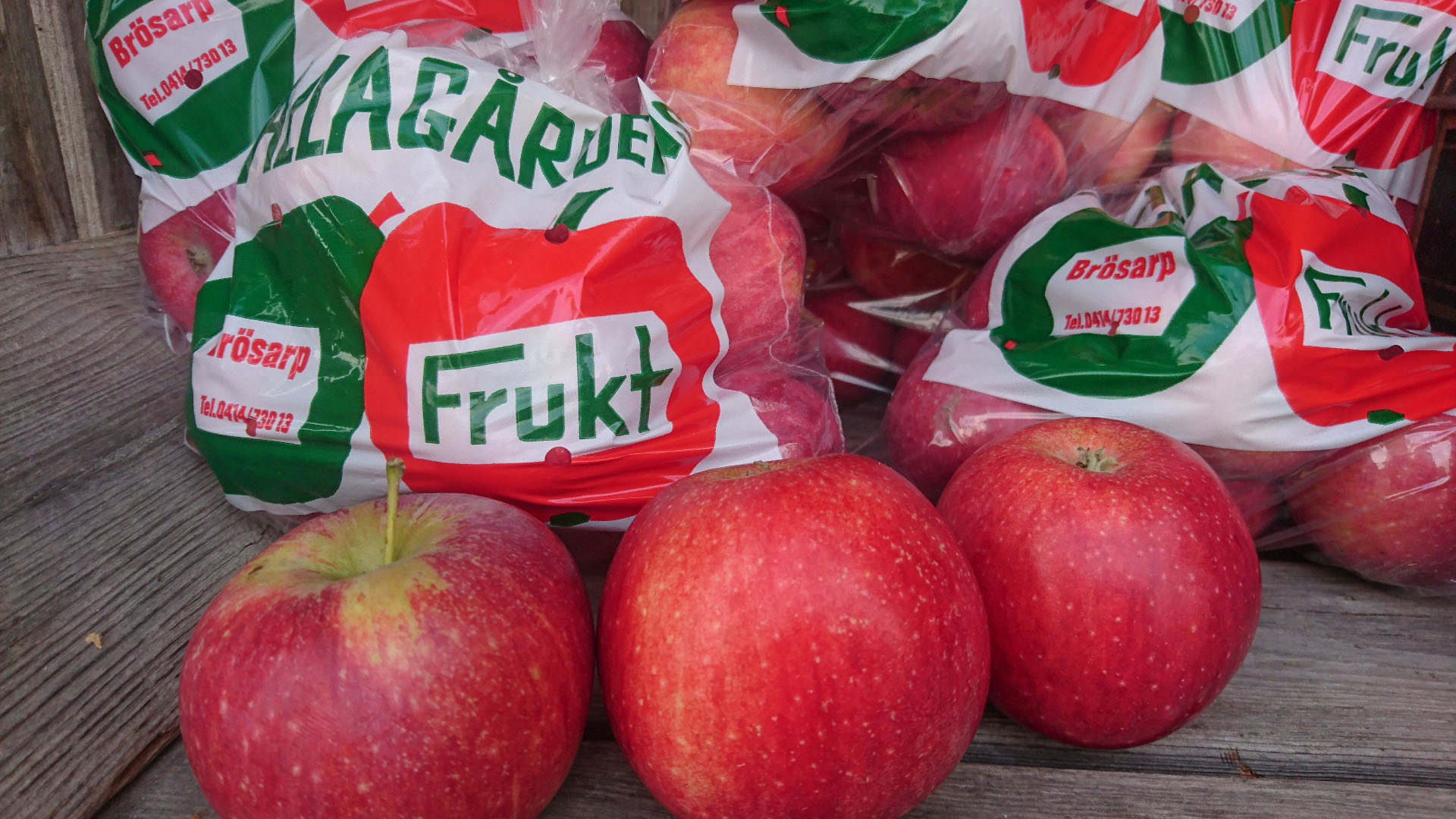 Källagården's fruit - apples in the farm stand.