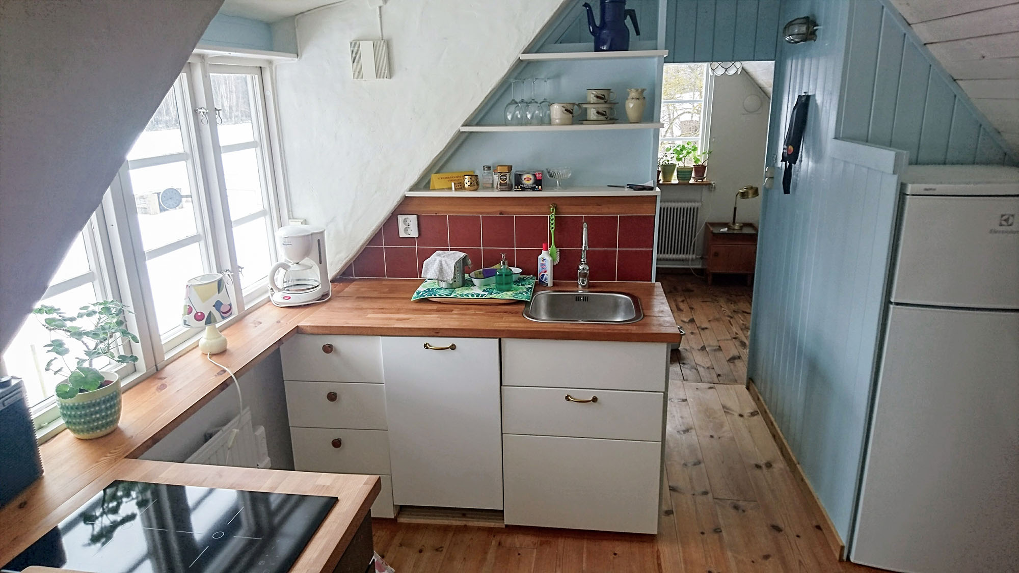 The kitchen is fully equipped for self-catering. In the background is the small bredroom.