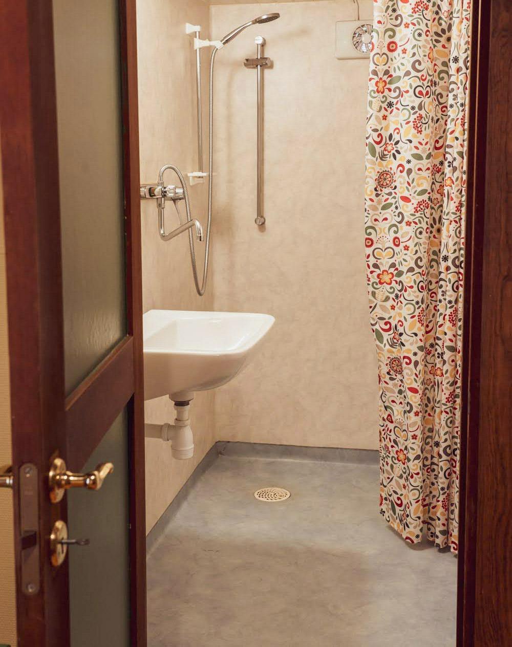Eftersom dusch och toalett är i separata rum kan gäster använda båda samtidigt.