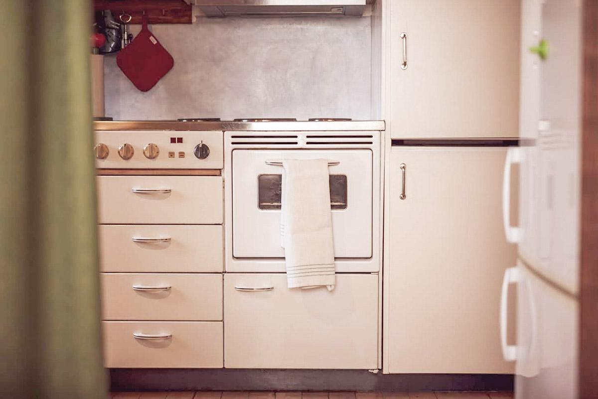 Köket i stora gårdslägenheten är ett renoverat 50-talskök i funkisstil.