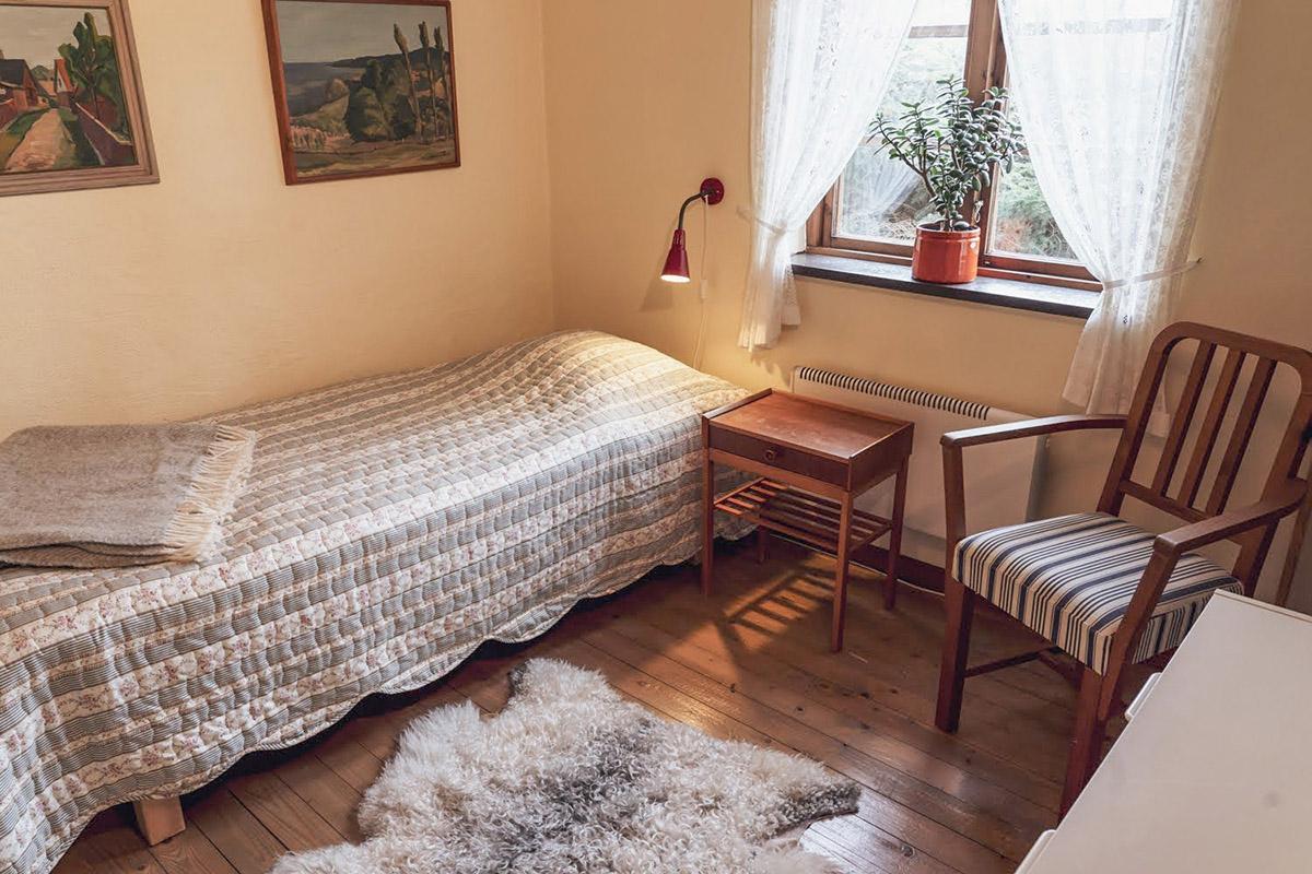 Sovrum med två av de fyra sängarna i stora gårdslägenheten finns bredvid köket.