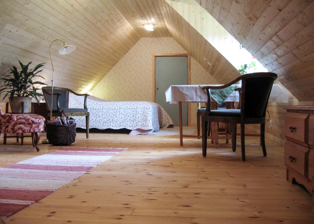 Big Garret 1 Room And Kitchenette K 228 Llag 229 Rden