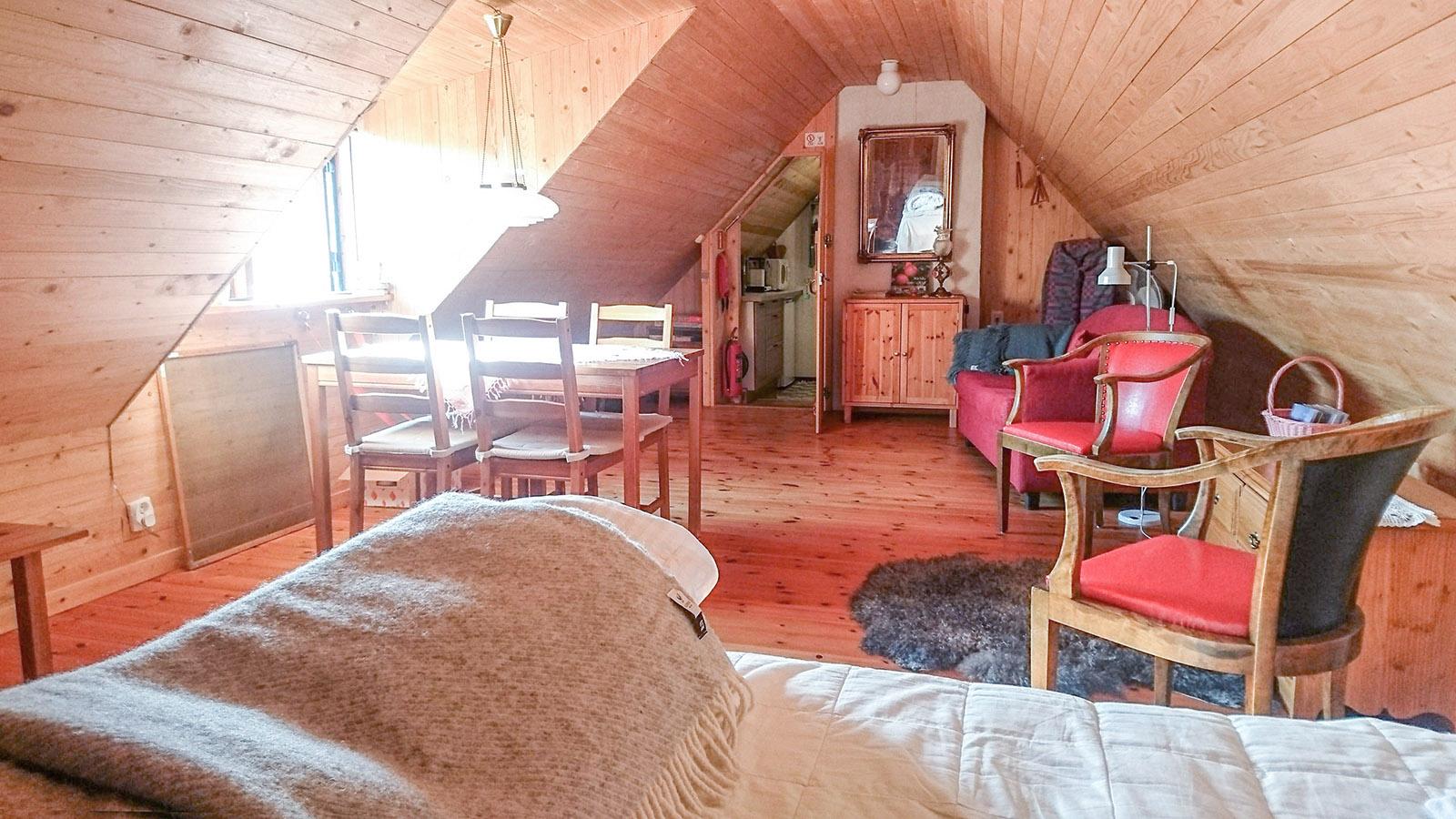 Stora vindsrummet. Köket och trappan upp är bakom den öppna dörren.